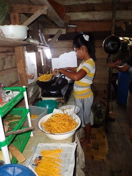 Ibu-Ibu dan Perempuan Desa membuat Kue Stick