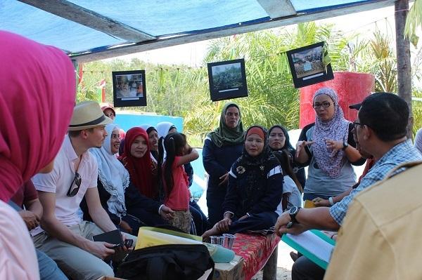 Kelompok Perempuan Suka Maju mendengarkan penjelasan tentang Program